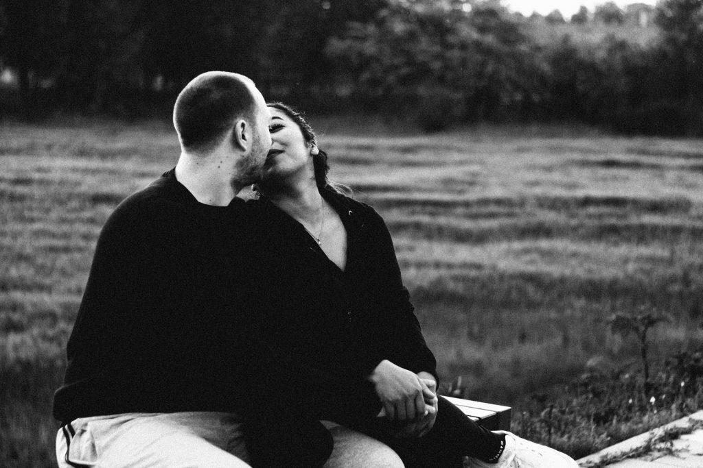 זוג רומנטי בשחור לבן